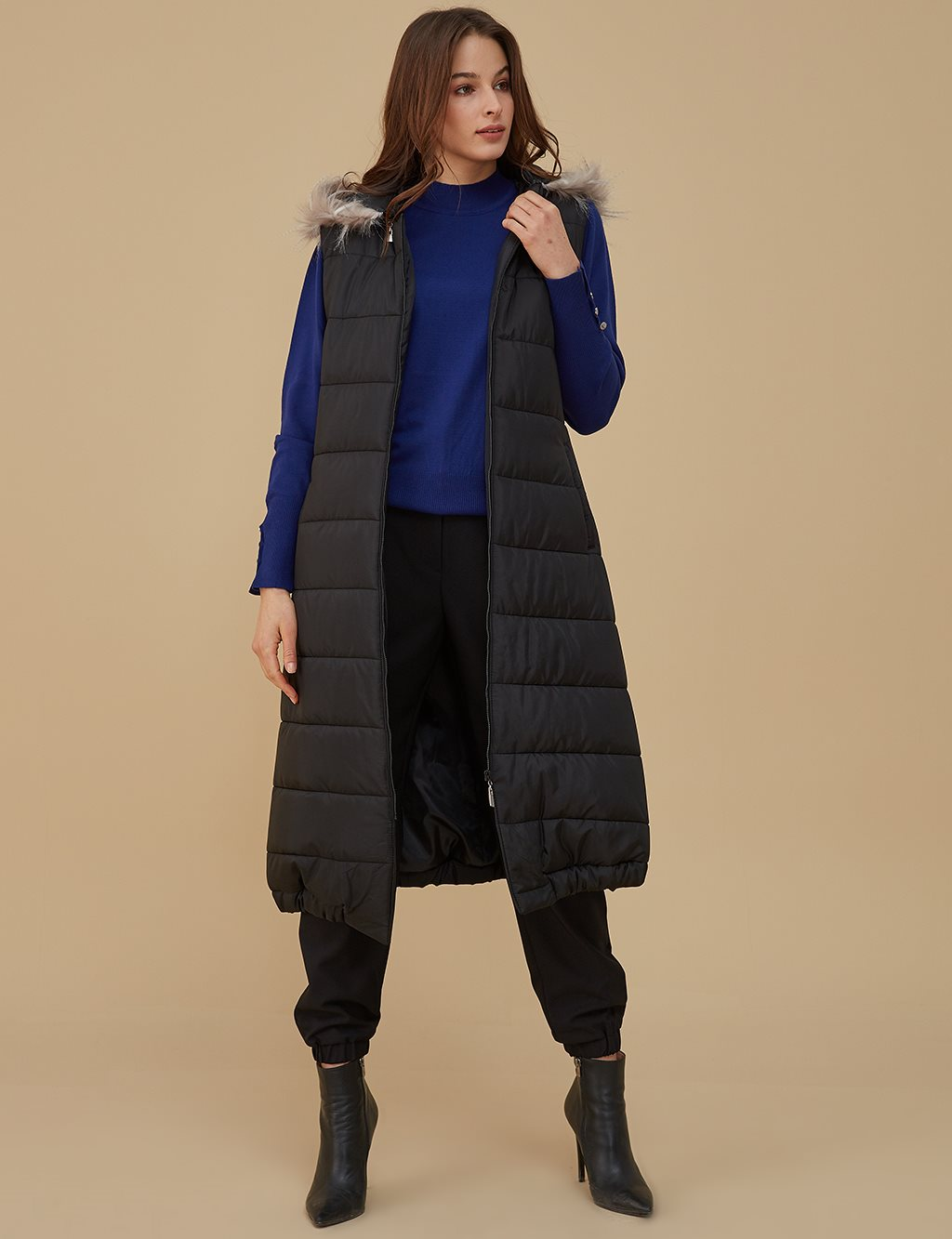 Vest With Furry Hood Detailed A9 10074 Black